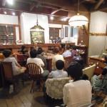 齋 正弘 氏 を囲み講話に聴き入る。